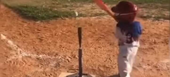 ولد صغير يُفلت مضرب البايسبول بطريقة مضحكة