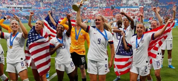 بطلات العالم لكرة القدم يصلن الى الوطن