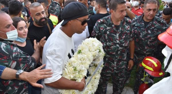 رونالدينيو يفشل في وضع اكليل زهر على نصب شهداء فوج اطفاء بيروت