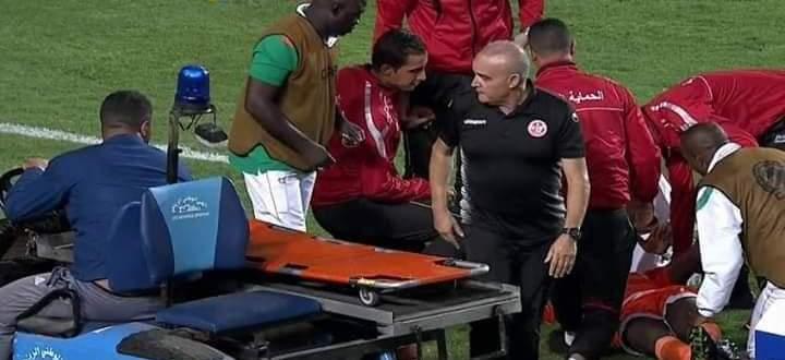 فيديو: طبيب منتخب تونس ينقذ لاعبا الخصم من الموت