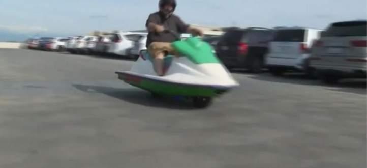 رجل يدمج دراجة مائية بدراجة نارية والنتيجة SCOOTSKI