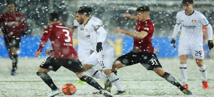 شاهد كيف حرمت الثلوج مهاجم هانوفر من تسجيل هدف أمام ليفركوزن