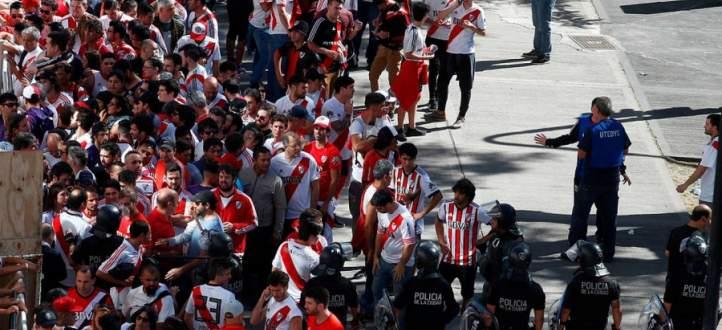 مظاهر العنف التي اجتاحت بونيس ايريس قبل مباراة نهائي كوبا ليبرتادوريس