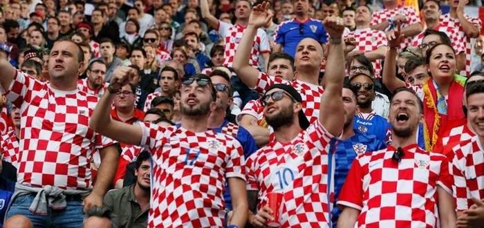 المشجعون الروس يستعدون لمباراة كرواتيا