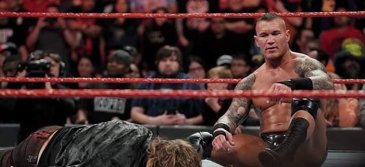 فيديو يُظهر ما حصل للمصارع إيدج بعد تعرّضه للضرب المبرح
