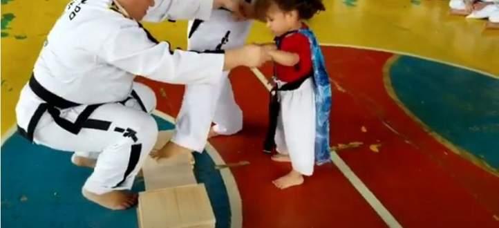 طفلة تبتكر طريقة جديدة في الفنون القتالية