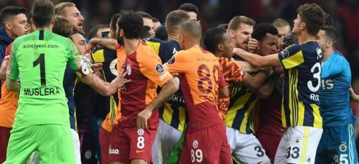الاشكال الذي حصل مع نهاية مباراة ديربي تركيا بين فنربخشة وغلطة سراي