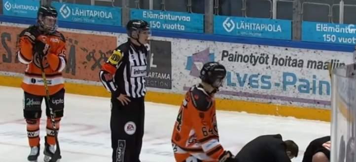 حكم يخسر اسنانه خلال مباراة في هوكي الجليد