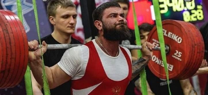 ربّاع روسي يكسر ركبتيه أثناء حمله 400 كلغ