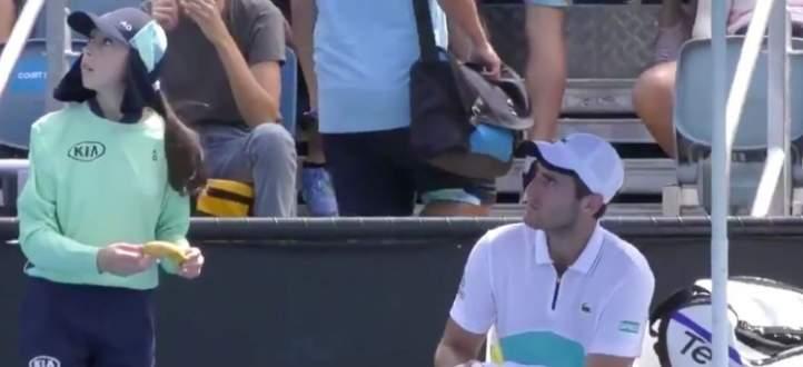 لاعب كرة مضرب يطلب من جامع كرات تقشير موزة له في بطولة استراليا