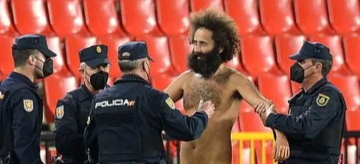 مشجع يقتحم مباراة غرناطة ومانشستر يونايتد