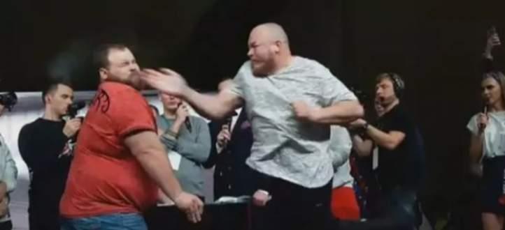 بطل العالم لمصارعة الصفع يسقط بكف واحد