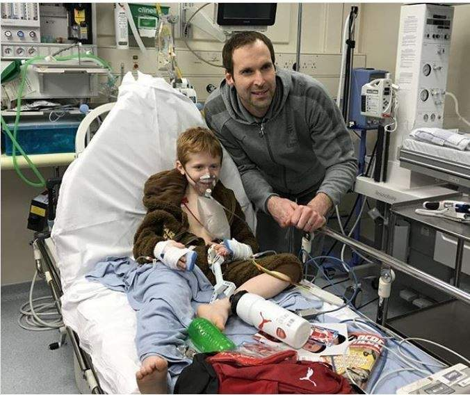 بيتر تشيك يزور طفل مريض