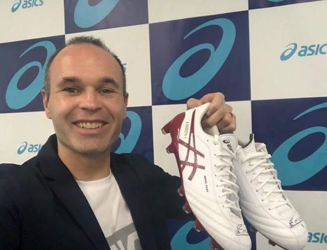 أندريس إنييستا مع حذائه الجديد