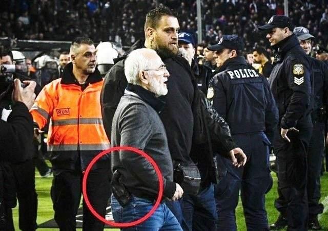 رئيس باوك اثينا يعتذر بعد الدخول الى الملعب حاملاً سلاحه