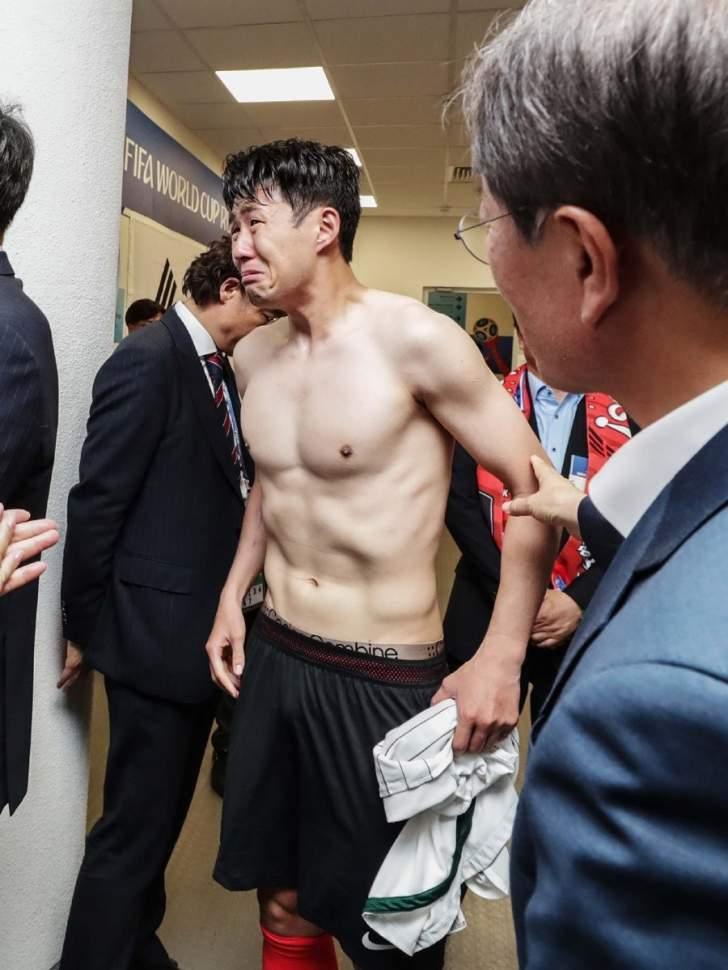 رئيس كوريا يواسي نجم المنتخب والاخير يجهش بالبكاء !