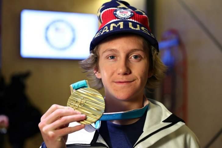 متزلج أميركي أطال في النوم واضاع معطفه وشتم على التلفزيون وفاز في النهاية بالذهبية