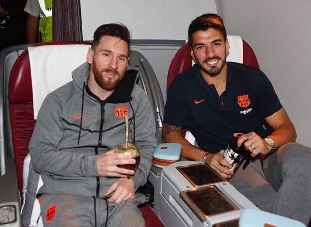 ميسي وسواريز في الطائرة