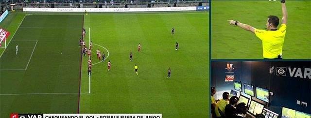 تقنية الفيديو تتدخل بقوة في مباراة اتلتيكو مدريد وبرشلونة في كاس السوبر