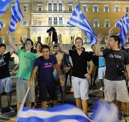 شاهد احتفالات الجمهور اليوناني بعد تأهل المنتخب