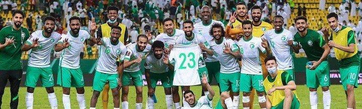 لاعبو المنتخب السعودي يدعمون زميلهم بعد اصابته القوية امام اوزبكستان