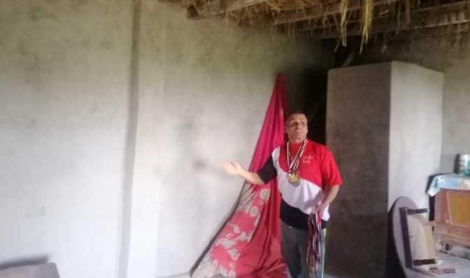 رياضي مصري يعرض ميداليّاته للبيع