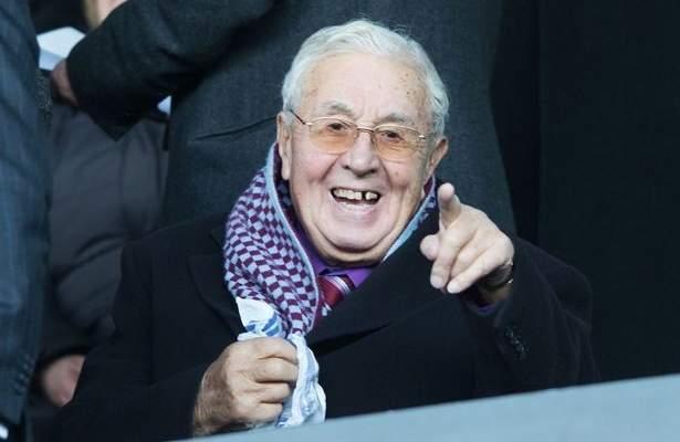 وفاة رئيس نادي أستون فيلا السابق