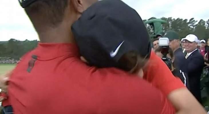 تايغر وودز يحضن إبنه بعد فوزه ببطولة الماسترز