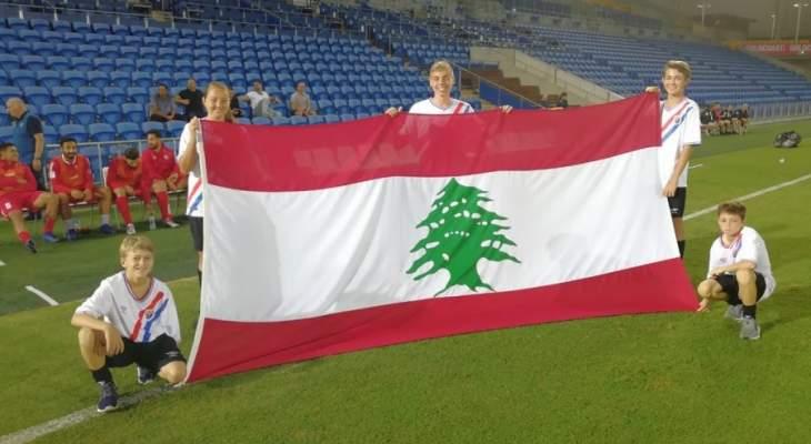 اطفال استراليا يرفعون علم لبنان