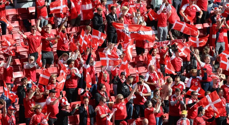 جماهير الدنمارك وفنلندا تساند اريكسن بطريقة جميلة