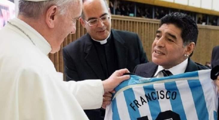 الحبر الاعظم يستذكر مارادونا في صلواته