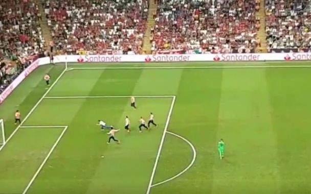 مرة جديدة مباراة ليفربول تتوقف بسبب دخول مشجع الى ارضية الملعب