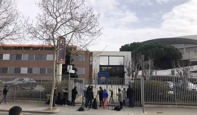 شرطة كتالونيا تقطع الاتصالات عن مكاتب برشلونة وتفتش سيارات المحتجزين