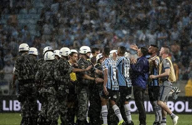 الشرطة تتدخل لحماية حكم اوروغوياني في نصف نهائي كوبا ليبرتادوريس