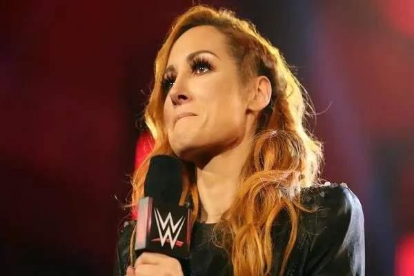 حمل المصارعات في WWE بين الحقيقة والسيناريوهات الموضوعة