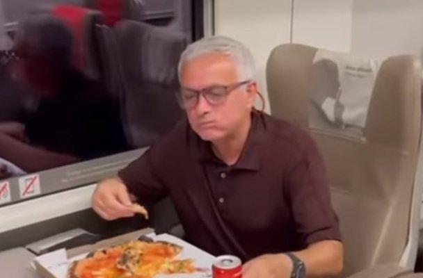 مورينيو يحتفل بالفوز على سالارنيتانا بتناول البيتزا