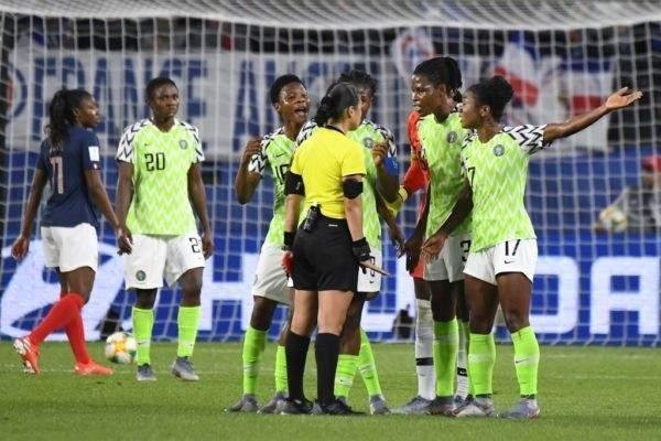 اعادة ركلة الجزاء في مباراة نيجريا وفرنسا تثير ردود فعل مستنكرة