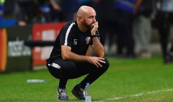 مدرب قطر يهاجم ارضية الملعب بعد الخسارة