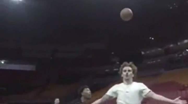غريزمان يدخل عالم كرة السلة ويظهر امكانياته مع جوش ريتشاردسون