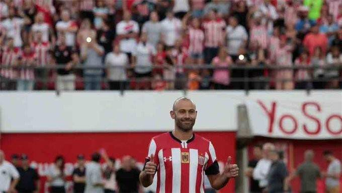 ماسكيرانو سعيد خلال تقديمه برفقة فريق إستوديانتس