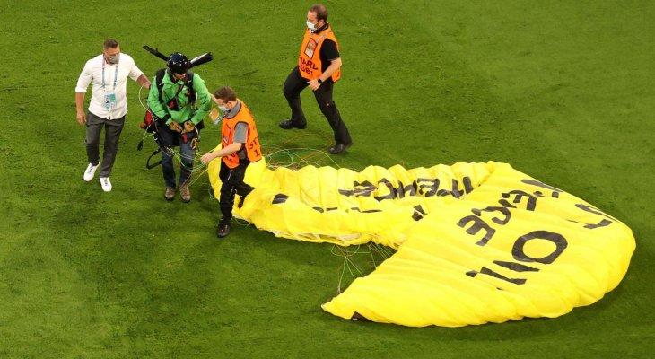 المظلي يتسبب بإصابة عدد من المشجعين في مباراة المانيا وفرنسا