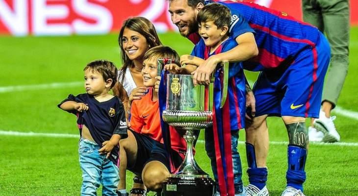 ميسي يتابع المباراة وانطونيلا تنشر صورة للعائلة !