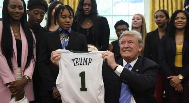 هجوم عنيف من ترامب على لاعبي كرة السلة: أغبياء جداً