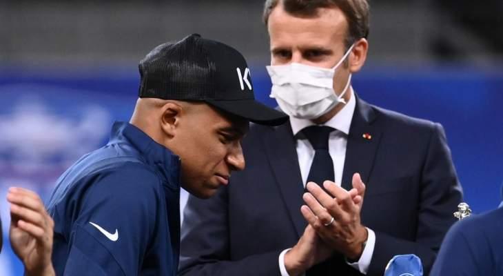 مبابي رغم الاصابة سعيد بلقب الكأس ويشرح للرئيس الفرنسي عن الاصابة