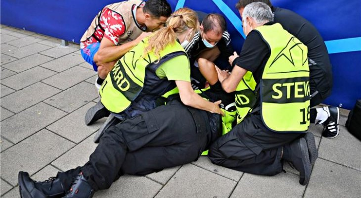 رونالدو يسقط أحد العاملين بتسديدة خلال الاحماء