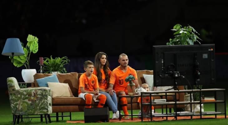 شنايدر يستعيد انجازاته مع هولندا على أريكة في ملعب كرويف