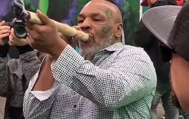 تايسون يدخن سيجارة ماريوانا بطول قدم