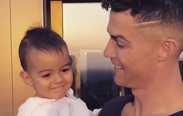رونالدو في لقطة جميلة مع ابنته الانا
