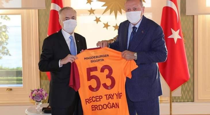 اردوغان يتسلم قميص غلطة سراي