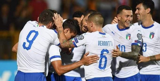 لاعبو المنتخب الايطالي في لفتة انسانية